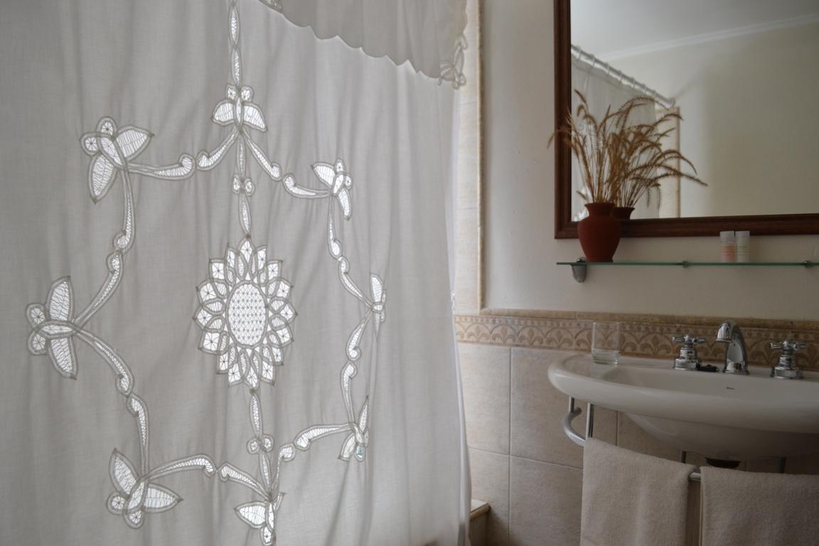 Suite 1 Baño cortina y lavamanos